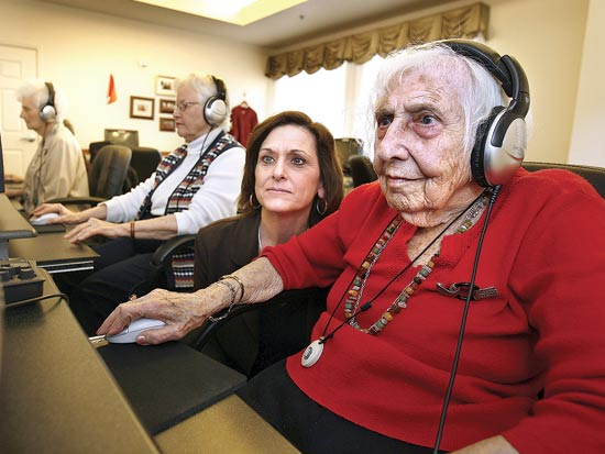 קשישים במעבדות / צלם: בלומברג